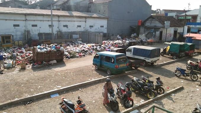 Pedagang dan Pengunjung Keluhkan Bau Tak Sedap di Pasar Cikampek I