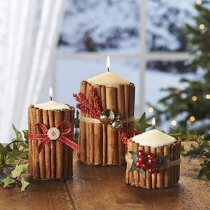 crear un centro de mesa de Navidad con canela en rama, velas y cintas