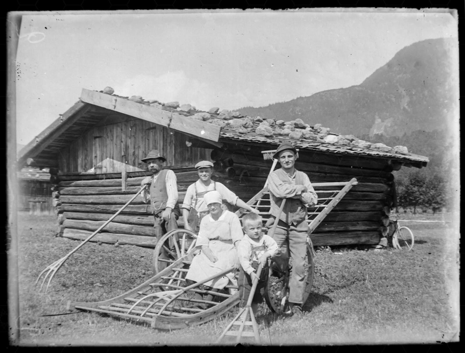 Gruppe von Menschen vor einem garmischer Heustadl - uim 1920-1930