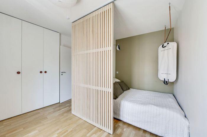 Dormitorio con puerta panel de listones de madera