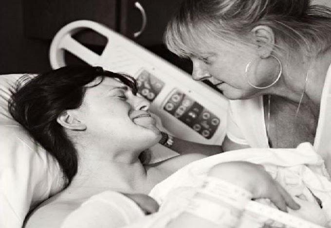 Mientras todo mundo está viendo al nuevo bebé, la abuela está viendo a su hija