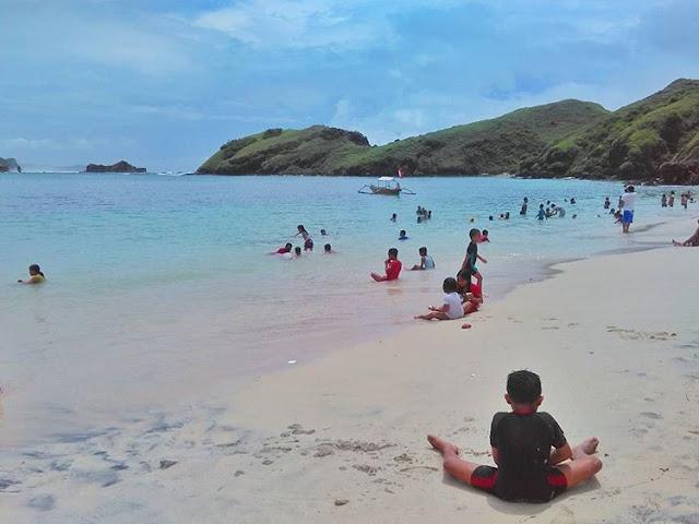 Anak-anak bermain di pantai Cemara Lombok, sumber ig @daenglira