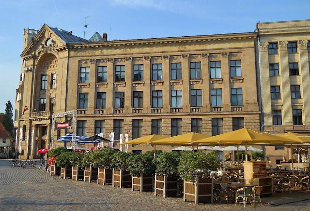 Август 2013 года. Домская площадь. Уличное кафе и здание Латвийского Радио (автор фото: Alexandr L. Litvak)