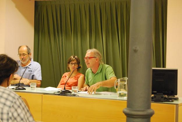 Descapdellant Joana Raspall sota la mirada de l'Alba Besora i el Josep M Aloy