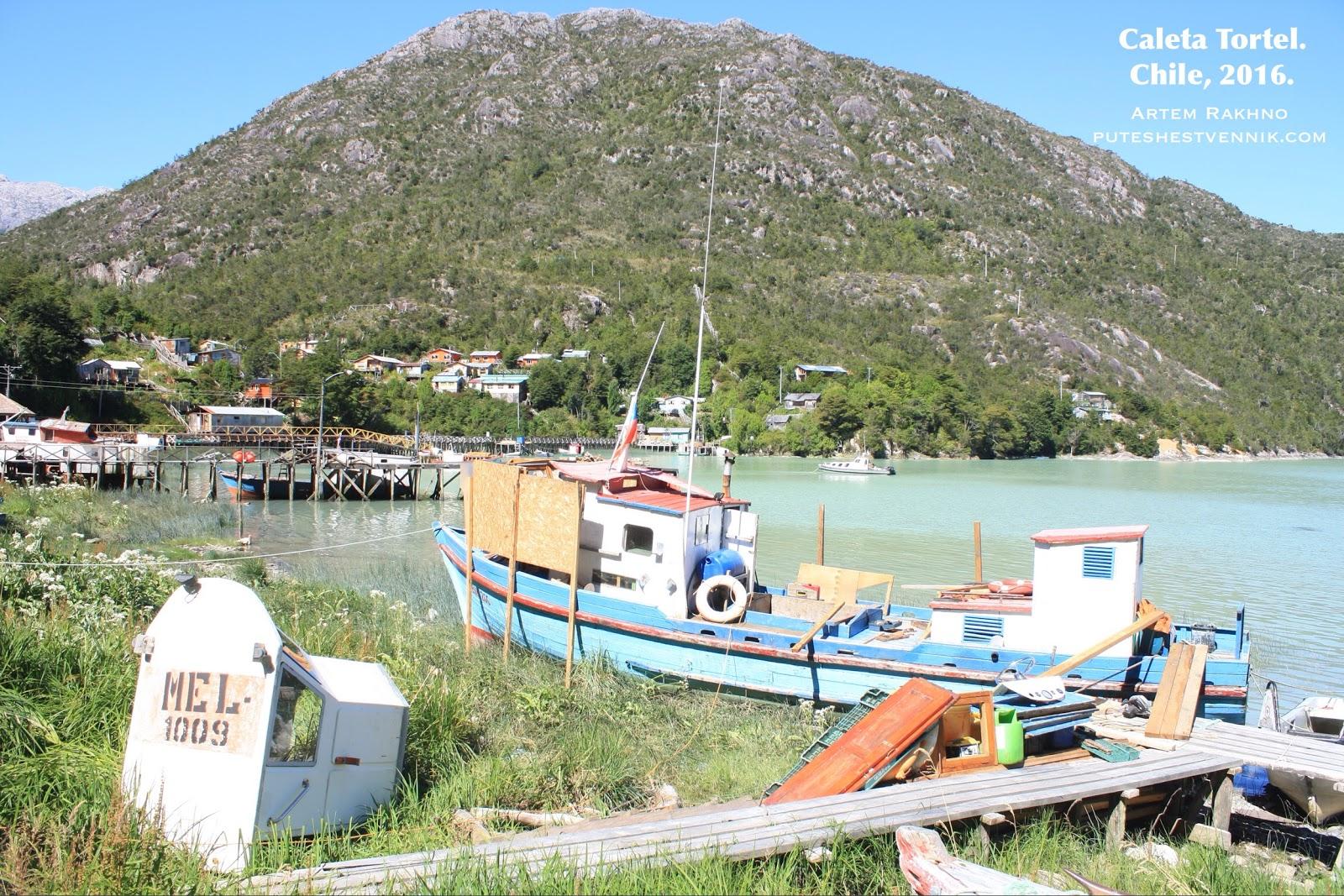 Лодка у берега в Калета Тортел