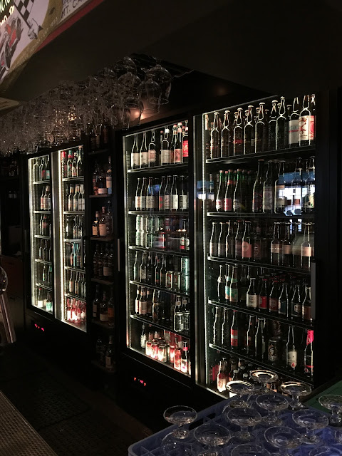 Geladeiras com as cervejas em garrafa no Oliver Twist