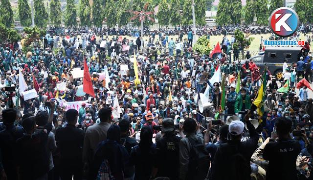 3.000 Massa Aksi Tolak Omnibus Law Akhirnya Masuk ke Depan Gedung DPRD Lampung