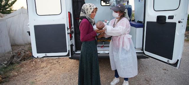 Un equipo móvil de asistencia sanitaria del UNFPA ayuda a las refugiados sirios en Adana (Turquía).UNFPA