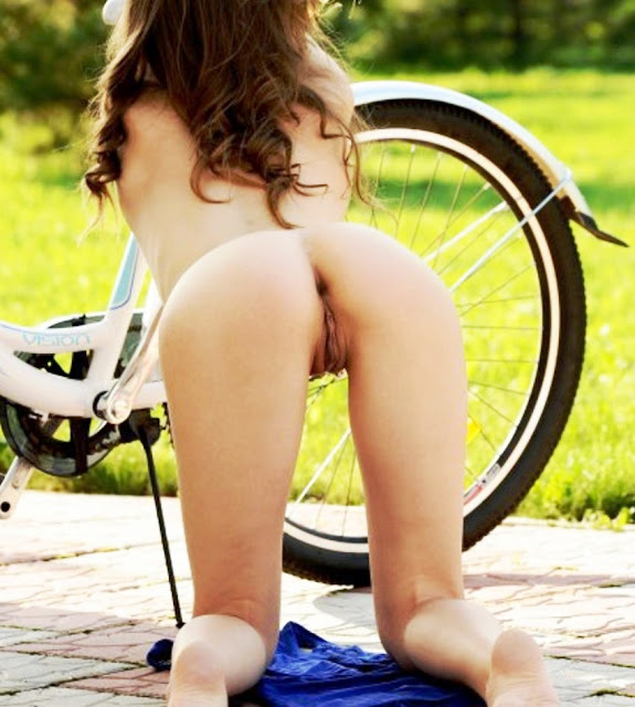 Эротика ню: На велосипеде без трусиков www.eroticaxxx.ru велосипед и девушка без трусов!
