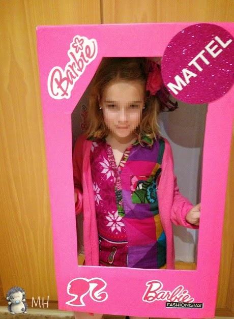 Disfraz de Barbie en su caja con logos