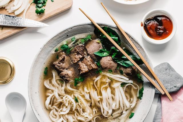 Phở là món ăn có thể bắt gặp ở cả 3 miền của Việt Nam. Vị ngọt của nước dùng bò (hoặc gà) kết hợp với các loại thảo mộc như quế, hồi, hành, gừng khiến nhiều người mê mệt món ăn này ngay từ lần đầu tiên. Tuy nhiên, phở phổ biển nhất vẫn ở miền Bắc. Ở khu vực miền Trung, bún bò Huế hay bánh mì Hội An thường được bắt gặp hơn cả. Trong khi đó, người miền Nam ngoài phở còn thích ăn hủ tiếu, cơm tấm hoặc bánh mì rồi nhâm nhi cà phê trước khi đi làm.