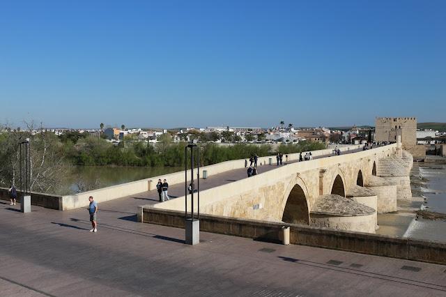 Puente romano de Córdoba con la fortaleza de la Calahorra al fondo