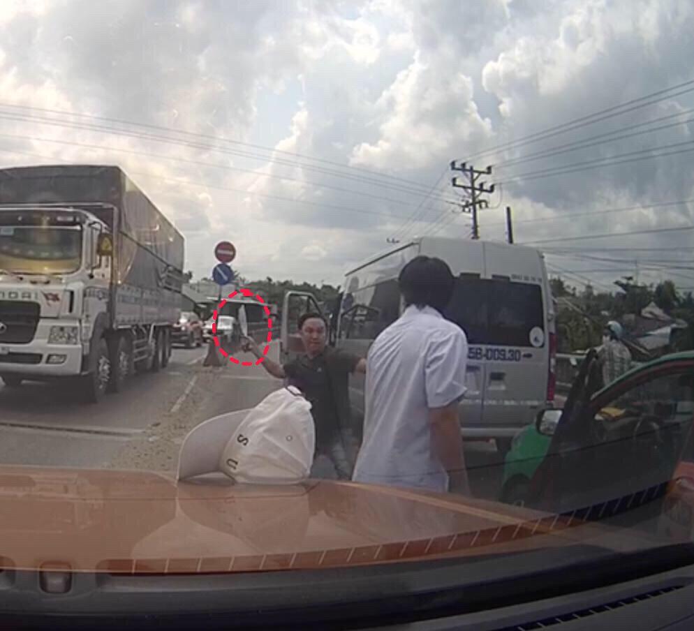 Xe khách chặn Taxi 'ăn thua' rồi bất ngờ vác dao 'chém xối xả' trên quốc lộ 1A