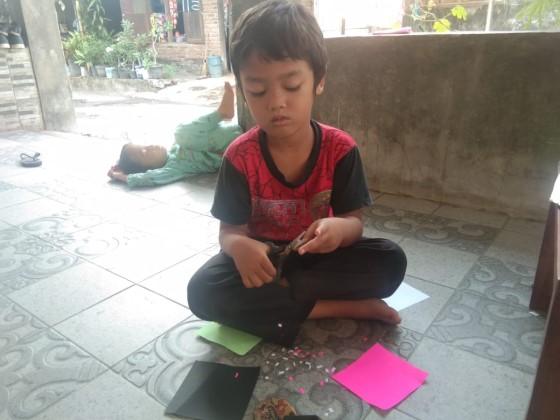 anak dapat menggunting kertas karena adanya energi dalam tubuhnya