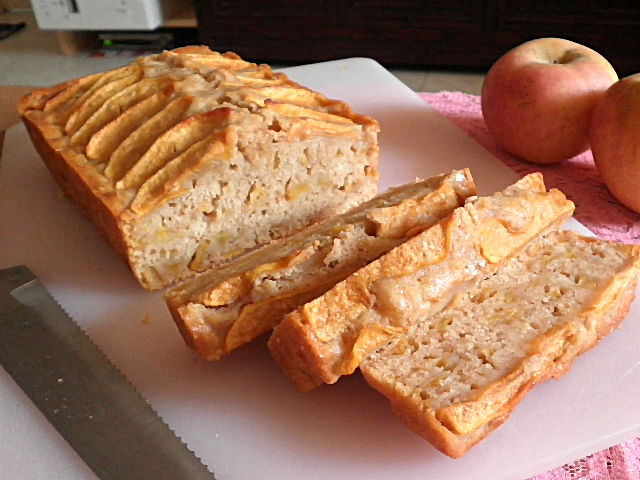 TREAT & TRICK: EGGLESS APPLE CAKE