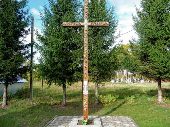Нежухов. За церковью – кладбище