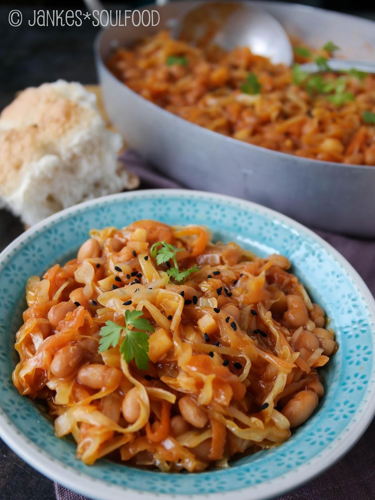 Chakalaka mit Spitzkohl, Möhren und Bakes Beans