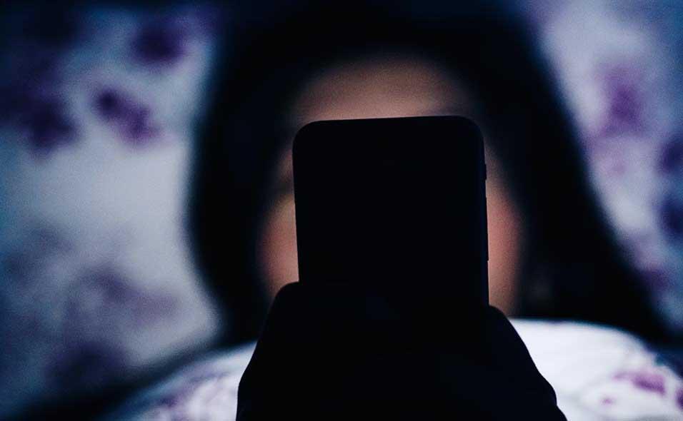 Tengok Netflix Dekat Handphone Sambil Baring Sampai Tercedera