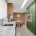 Cozinha estreita branca, verde e amadeirada com decor clássico e contemporâneo!