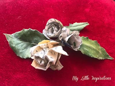 Roselline di carta ricavate da pagine di vecchi libri e foglie di alloro essicate