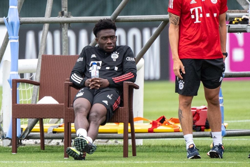 Bayern 'đứng ngồi không yên' vì Alphonso Davies