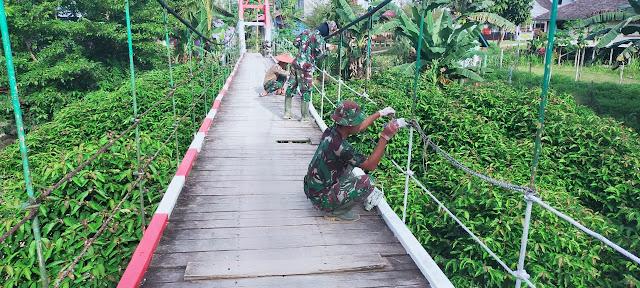 Kompak,Anggota Satgas TMMD Memperbaiki Jembatan Gantung Kampung Long Hubung