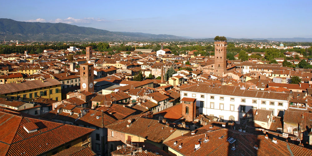 Lucca_veduta_TorreOrologio2.jpg