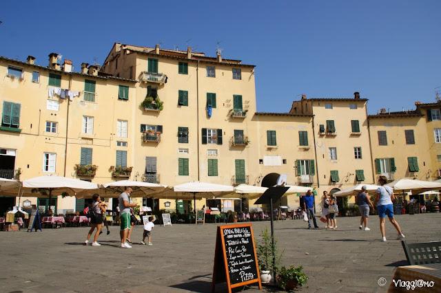 Piazza Anfiteatro è uno dei simboli di Lucca