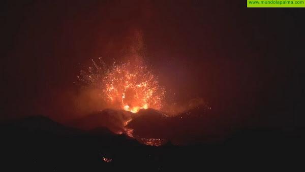 Una impresionante explosión del volcán ilumina el cielo del Valle de Aridane