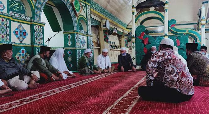 al haris sholat subuh di masjid tertua di sungai penuh