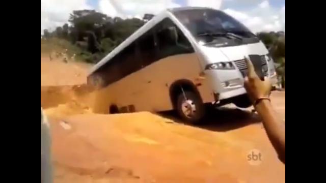 Ngeri! Jalan ini Tiba-Tiba Amblas, Semua Penumpang Bus Kecil ini Panik dan Berhamburan Keluar