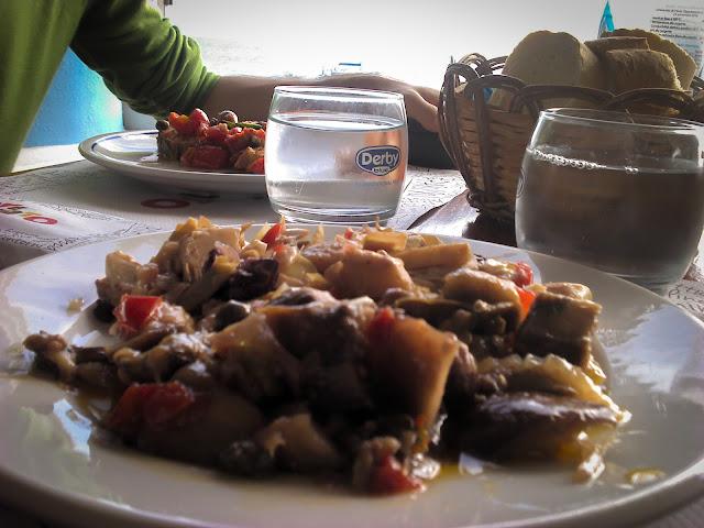 Caponata siciliana & carciofi in Stromboli, Sicilia