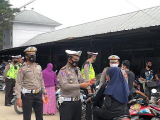 Blusukan Di Pasar Enrekang, Sat Lantas Polres Enrekang Bagi-bagi Masker