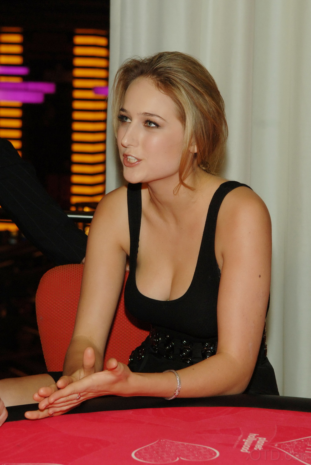 Crush Of The Day..!: Leelee Sobieski Hottest Cleavage Show