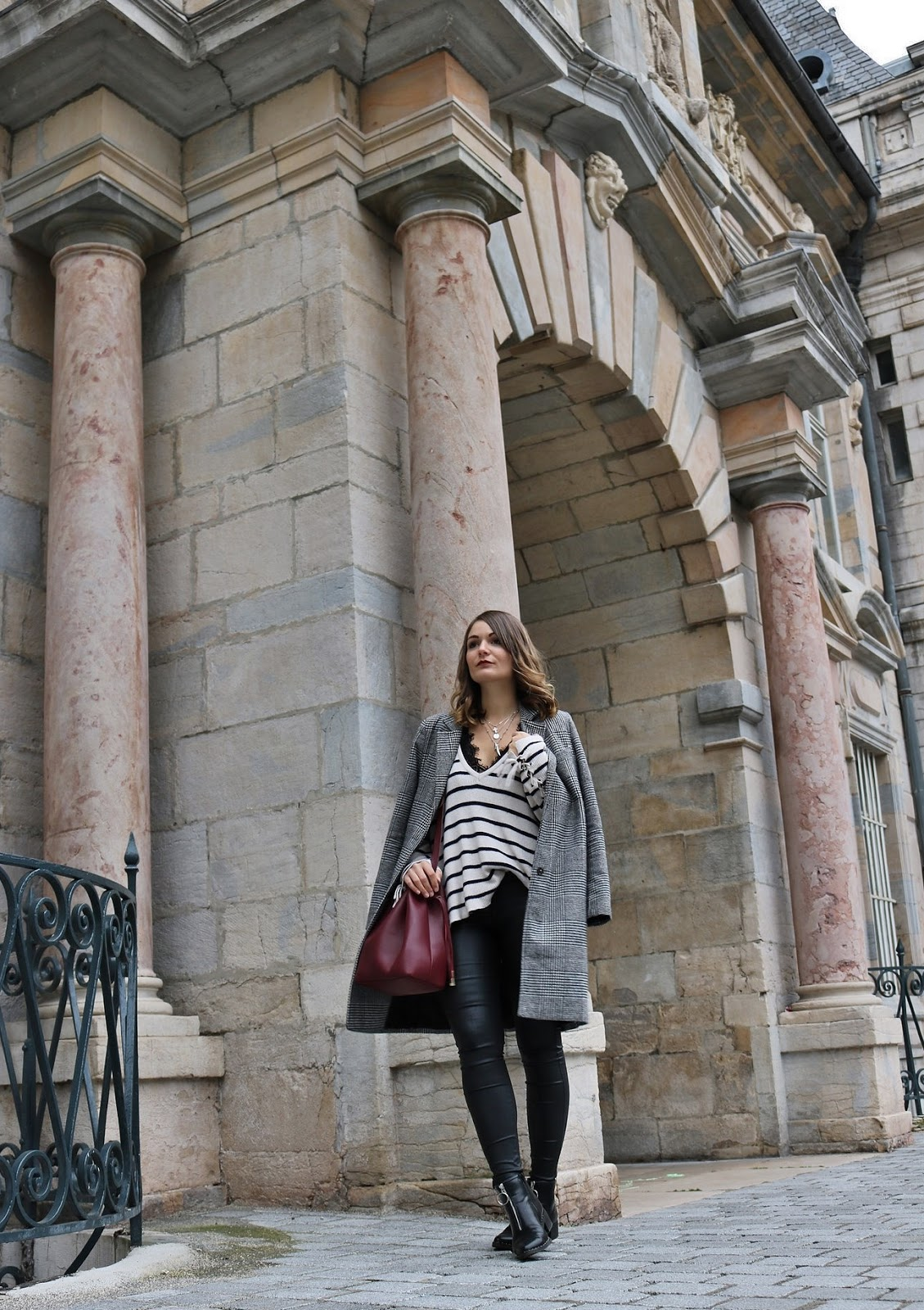 pauline-dress-look-tenue-mode-outfit-manteau-long-prince-de-galles-besancon-simili-pull-maille-pretty-wire-sac-sezanne-paris