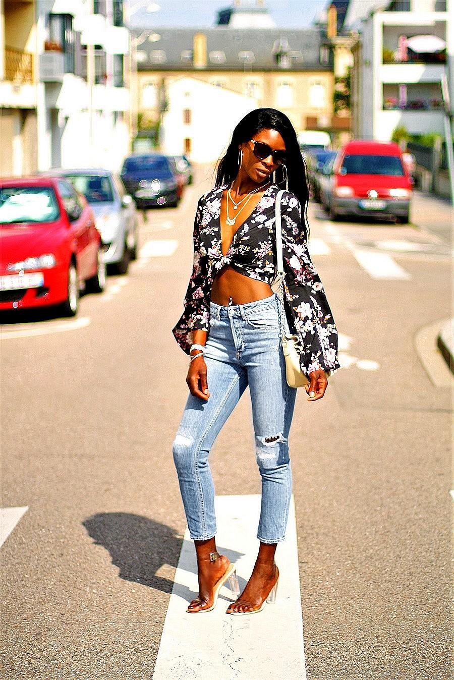 inspiration-look-avec-jeans-destroy-blouse-a-nouer