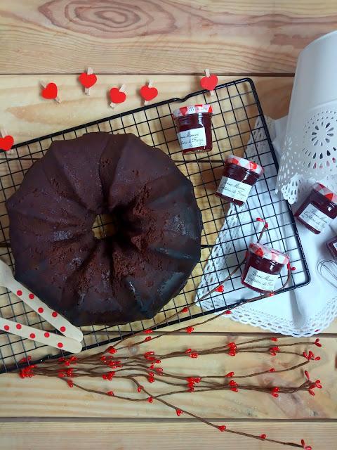 Bundt cake de chocolate y mermelada de fresa en CrockPot (olla de cocción lenta) Recetas sencillas, con horno, deliciosas, chocolateadas. El mejor bizcocho de chocolate del mundo. Desayuno,merienda, postre. Cuca