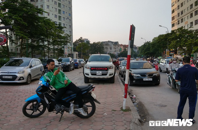 Giải tỏa bãi đỗ xe ở Linh Đàm và Kim Văn Kim Lũ - Ảnh 15