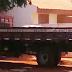 Morador de Sarandi flagra caminhão da empresa do prefeito supostamente descarregando cimento em obra pública
