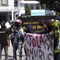 Mahasiswa Kecewa Tidak Ada Wakil Rakyat Saat Aksi Tolak Omnibus Law Depan Kantor DPRD Kep. Selayar