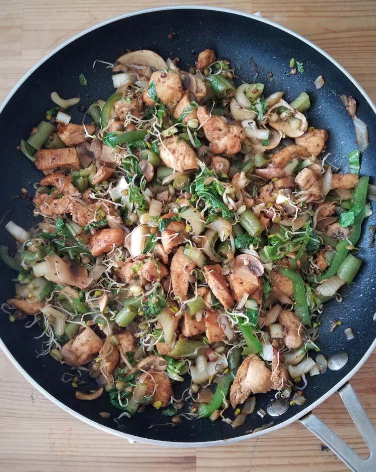 Salteado de verduras, germinados y pollo