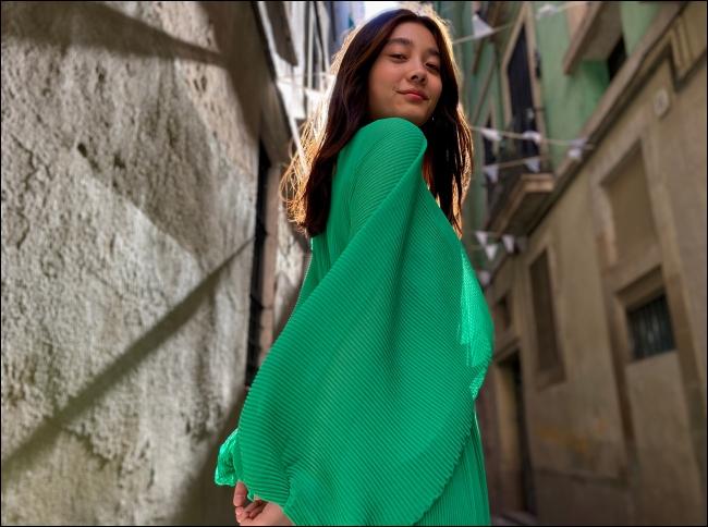 فتاة في المعطف الأخضر.