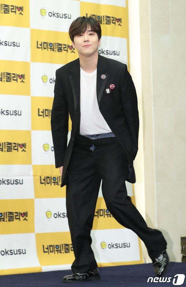 Lee Hongki bir etkinlikte 'pantolon üzerine pantolon' giydi