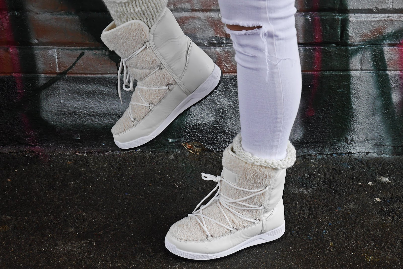 Białe śniegowce renee jeansowa kurtka różowa czapka karyn blog modowy blogerka modowa