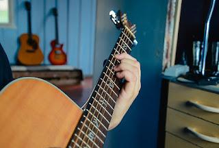 tips cara agar jari tangan tidak sakit kapalan saat main bermain gitar