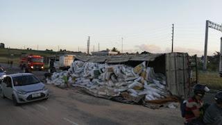 Carreta tomba e prejudica trânsito em rodovia da Paraíba