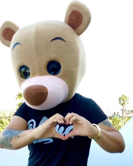 Héroe se disfraza de oso y sale a la calle a regalar dinero a los necesitados por la pandemia