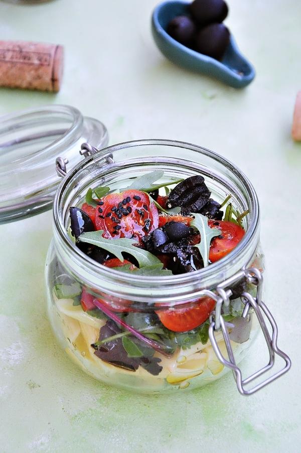 Sałatka makaronowa z rukolą, pomidorkami i czarnymi oliwkami