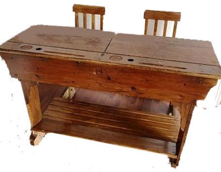 Vanhamallinen pulpetti, kaksi rinnan istuttavia, nousevalla kannella ja aukko mustepullolle.