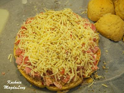 Pizza z szynką i serem